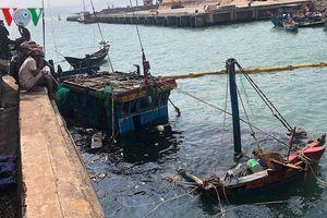Trục vớt 2 tàu cá bị sóng biển đánh chìm ở Hà Tĩnh
