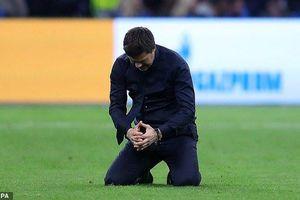 HLV Tottenham quỳ xuống sân, ôm mặt khóc sau chiến thắng kinh ngạc trước Ajax