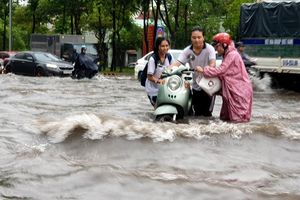 Sài Gòn mưa ngập đường, học sinh ngã xe ướt sũng