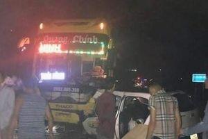 Taxi va chạm xe khách, 5 người thương vong
