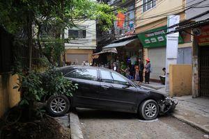 Nữ tài xế lùi xe cán chết người đi xe máy trên phố Hà Nội