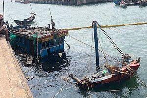 Trục vớt hai tàu cá bị sóng đánh chìm khi đang neo đậu