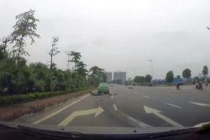 Clip: Sang đường ẩu, người đàn ông đi xe máy bay thẳng vào gầm xe taxi Mai Linh