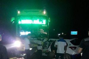 Taxi đâm trực diện xe khách trong đêm, ba người tử vong