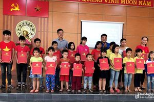 Trao tặng hàng trăm suất quà cho học sinh nghèo ở Nghệ An