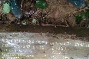 Đi nhặt củi, người dân phát hiện quả bom 'khủng' gần 2m