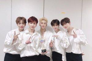 Nu'est chiến thắng BTS tại Music Bank: Các chàng trai băng băng chiếm lĩnh chiếc cúp tiếp theo