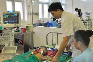 Bé trai 5 tuổi suy đa tạng vì chữa sốt bằng thuốc lá