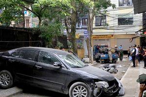 Nữ tài xế lùi xe trong ngõ, tông chết người đi xe máy ở Hà Nội