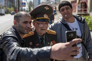 Cựu binh Nga 100 tuổi khoác áo đầy huy chương mừng ngày chiến thắng