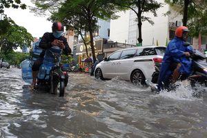 Sài Gòn mưa lớn, nhiều tuyến đường bị ngập