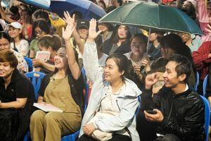 Dòng người xếp hàng dài dưới mưa chờ Ngô Thanh Vân ký tặng sách