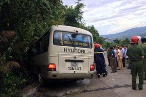 Xe khách tông vào vách núi, 14 sinh viên nước ngoài bị thương