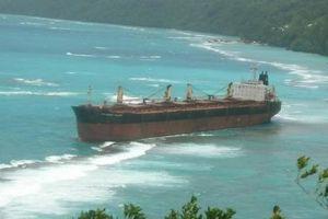 Trục vớt tàu mắc cạn hơn 3 tháng gần đảo san hô lớn nhất thế giới