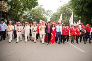 Chủ tịch Quốc hội đi bộ diễu hành hưởng ứng 'Tháng Nhân đạo' 2019