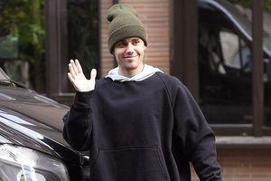 Justin Bieber phong độ trở lại, vui vẻ vẫy tay chào fan ngay trên phố