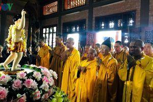 Trang trọng nghi thức tắm Phật và rước xe hoa chào mừng Đại lễ Vesak LHQ 2019
