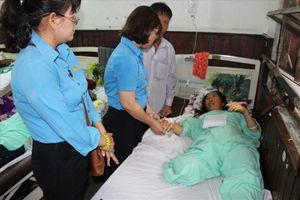 LĐLĐ tỉnh Long An thăm CNLĐ bị thương do lật xe đưa rước công nhân