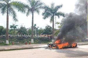 Đang lưu thông trên đường, ô tô con bốc cháy dữ dội