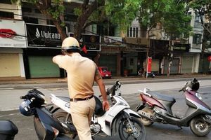 CSGT tay rướm máu sau va chạm xe máy với phụ nữ và cách ứng xử bất ngờ