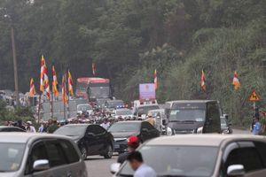 Hàng ngàn người về dự Đại lễ Phật đản khiến ùn tắc giao thông đường đến chùa Tam Chúc