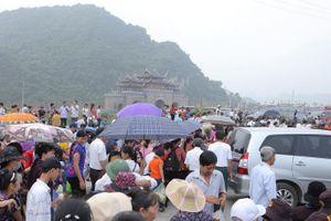 Phật tử và du khách nườm nượp đến chùa Tam Chúc trong ngày khai mạc đại lễ Phật đản