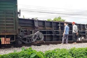 Tàu hỏa trật bánh, lật toa ở Nam Định, đường sắt Bắc - Nam tê liệt nhiều giờ