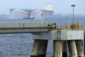 Tàu chở dầu Ả Rập Saudi bị phá hoại, nguồn cung dầu mỏ bị đe dọa