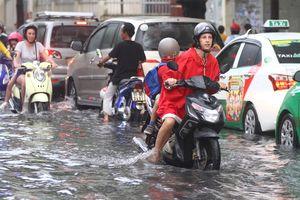 Ngập nước ở 'phố nhà giàu' Thảo Điền: Người nước ngoài cũng 'khóc', sợ bị lọt hố