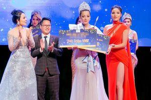 Kỳ Duyên trao vương miện Hoa hậu cho 'bản sao' Thư Kỳ
