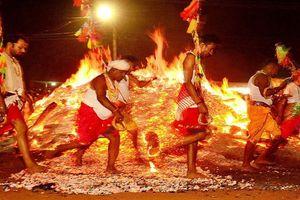 Độc đáo nghi lễ đi bộ chân trần trên than nóng ở Ấn Độ