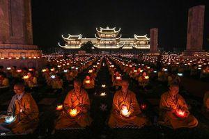 65.000 ngọn nến thắp sáng đêm hội Vesak ở ngôi chùa lớn nhất thế giới