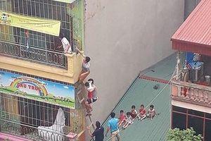 Cháy trường mầm non ở Hà Nội, người dân bắc thang giải cứu học sinh