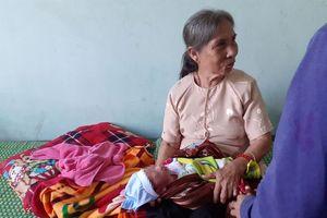 Hà Tĩnh: Cụ bà nhặt được bé sơ sinh trước cổng trạm y tế lúc nửa đêm