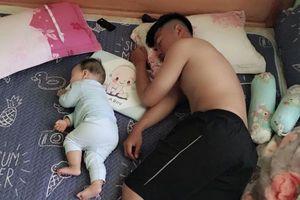 Loạt ảnh chứng minh 'cha nào con nấy': Đến cái tướng ngủ cũng giống nhau không ngờ
