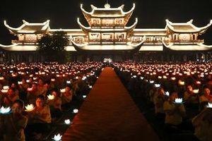 Thiêng liêng lễ Hoa đăng nguyện cầu hòa bình cho thế giới