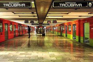 Hành khách giẫm đạp lên nhau tại ga tàu điện vào giờ cao điểm