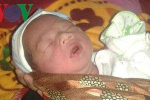 Bé sơ sinh nặng 3,2kg bị bỏ rơi trước cổng trạm y tế xã lúc nửa đêm
