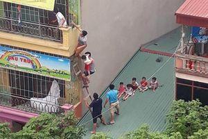 Người dân leo thang bế hàng chục trẻ nhỏ thoát khỏi đám cháy trường mầm non ở Hà Đông