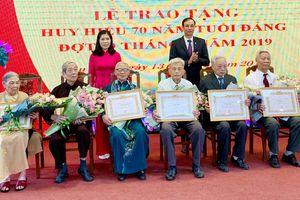Phó Bí thư Thành ủy Đào Đức Toàn trao Huy hiệu Đảng đợt 19-5 tại quận Cầu Giấy