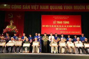 Hơn 400 Đảng viên vinh dự nhận Huy hiệu cao quý của Đảng