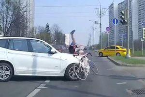 Xe đạp vượt đèn đỏ bị ôtô hất bay ở Nga