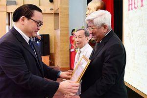 Bí thư Thành ủy Hoàng Trung Hải trao Huy hiệu Đảng cho đảng viên lão thành quận Hoàn Kiếm