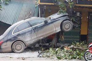 Xế hộp Mercedes bất ngờ 'leo' lên cây bàng, tài xế bị thương