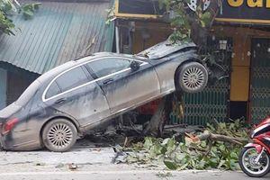 Ô tô Mercedes mất lái 'trèo' lên cây lúc rạng sáng, tài xế bị thương