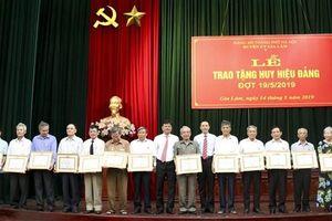 Huyện ủy Gia Lâm: 186 đảng viên được trao tặng Huy hiệu Đảng