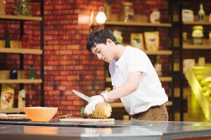 Thông Nguyễn (FAPTV) tiết lộ biệt danh 'độc', cùng so tài gọt dứa với đầu bếp Vũ Dino
