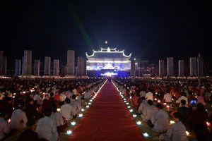 Thắp sáng 65.000 ngọn nến cầu nguyện thế giới hòa bình trong đêm hội Vesak ở ngôi chùa lớn nhất thế giới