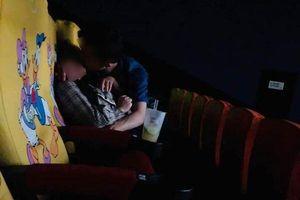 Cặp đôi thản nhiên ôm hôn, làm chuyện người lớn ngay trong rạp chiếu phim khiến người xung quanh nhức mắt
