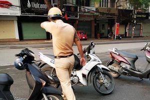 Va chạm với người đi đường, hành động đẹp của CSGT khiến dân mạng cảm phục